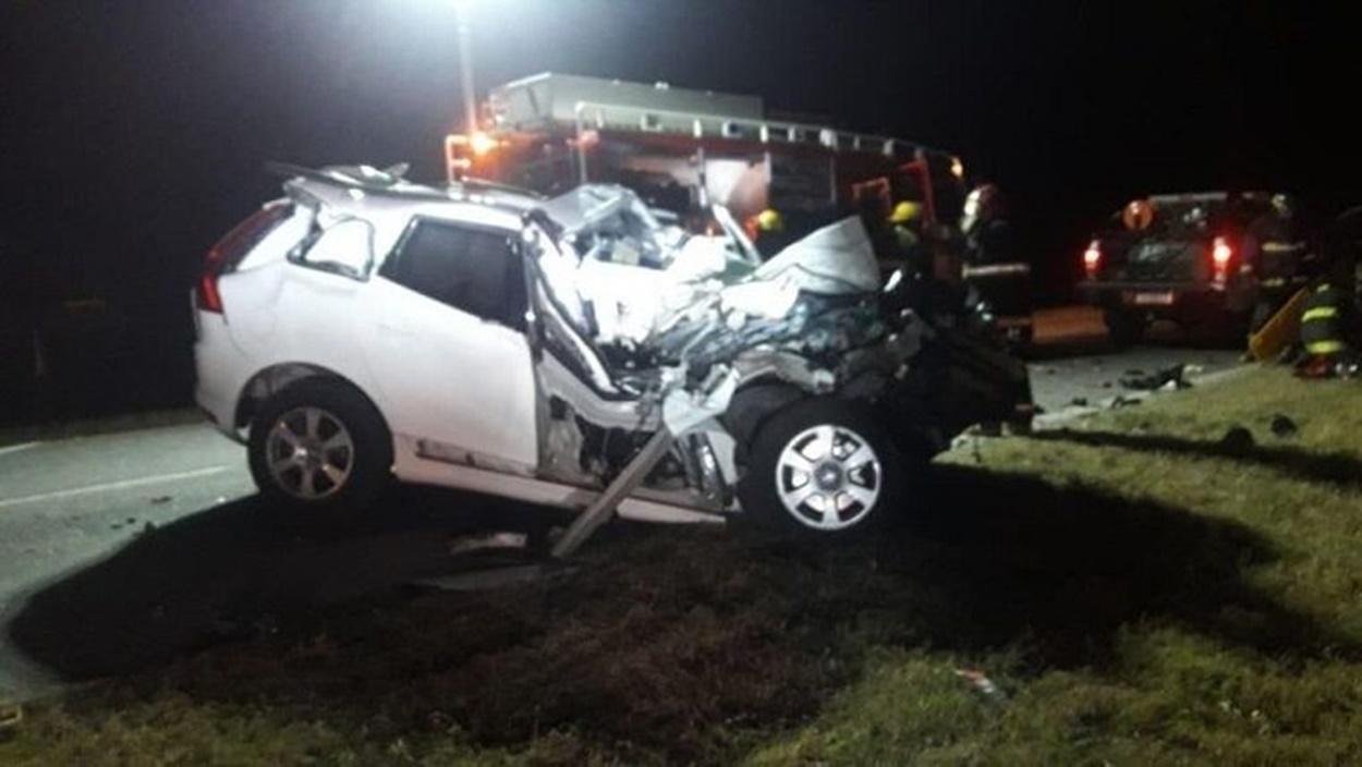 El auto del ex gobernador quedó destrozado tras el impacto.(@Sintesis_13 )