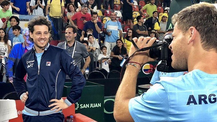 Schwartzman fotografía a Gaudio, uno de los capitantes, en los festejos.(@CopaDavis)